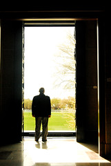 Staring at the sun (Anselmo Portes) Tags: canada canadá quebec quebeccity museudebelasartes muséenationaldesbeauxartsduquébec man staring silhouette silhueta light luz