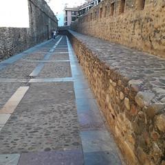 Calle  de las Cercas, stretch of the double medieval wall, Leon (d.kevan) Tags: citywalls medieval lascerca stone mortar paths people battlments leon callelascercas streetlamps buildings paving parapet raisedwalkway