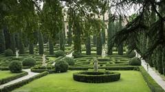 Un jardin à Vérone **---+--° (Titole) Tags: giardinogiusti garden green verona verone titole nicolefaton buis topiaires cyprès cypress thechallengefactory challengeyouwinner cyunanimous 15challengeswinner