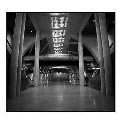 Ein Tempel zum (Zeit) vertreiben? (schau_ma_da) Tags: altstadt album3 2604 ubahnhöfe 1aus4 blackandwhite deutschland flickr architektur bahn beton bahnhöfe bahnstrecken bauwerke brutalismus bahnansichten architekturhighlights architekturbüroprofulrichcoersmeier station stitch ubahnhof köln ubahn gegenlicht quadrat kölle heumarkt schwarzweis nikon1855 nikond5300 schaumada dzsmdkölle dzsmd50000