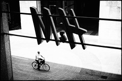 Milano (Igor Vdi) Tags: leicam7 summicron35mm kodak 400tx milano city urban analogue bw monochrome film grain