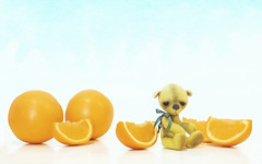 button still does not like oranges (rockinmonique) Tags: button oranges tiny small little bear teddybear yellow blue macro moniquewphotography canon canont6s tamron tamron45mm copyright2019moniquewphotography