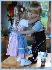 Das Tanzbein schwingen !😃 / Start dancing (or swing the dance leg) !😃 (ursula.valtiner) Tags: puppe doll luis bärbel künstlerpuppe masterpiecedoll dirndl dirndldress lederhose leathertrousers tanzen dancing oktoberfest munichbeerfestival