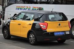 (Uno100) Tags: ssang yong xlv yellow black taxi cab barcelona spain 2019 korean car