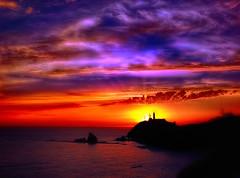 Puesta de sol sobre el Cabo de Gata (Manuel Peña Jiménez) Tags: cabodegata parquenaturaldelcabodegatanijar puestadesol sunset arrecifedelassirenas sol mar ocaso cielo nubes rojo azul faro almería fujifilm xs1 ngc
