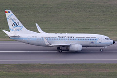 TAROM Boeing 737-78J YR-BGG (c/n 28442) Retro colors ang 60th anniversary logo. (Manfred Saitz) Tags: vienna airport schwechat vie loww flughafen wien tarom boeing 737700 737 b737 yrbgg yrreg retro colors