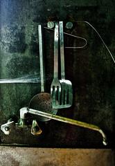 olvidados (MaRuXa fotografía) Tags: utensilios cocina fregadero antiguo araña teladearaña ventana viejo canon maruxa comer polvo alambre oxido galicia enxebre campo rural