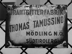 sign (theflyingtoaster14) Tags: drahtgitter shield sign schild eisen bleck zaun emaill fence mödling nö lower austria