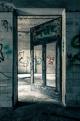 Heilstätten Beelitz (Guy Goetzinger) Tags: goetzinger nikon d500 2019 germany ostdeutschland lostplace urbex decay door porte tür eingang entrance rotten availablelight