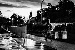 Elle aurait aimé savoir dessiner.  Elle se serait assise sous un lampadaire, aurait pris un carnet, un crayon à papier et aurait commencé à dessiner. Elle aurait imaginé la vie de cet homme qui s'éloignait dans la nuit. (LACPIXEL) Tags: homme man hombre rue street calle nuit night noche lumière light luz séloigner alejarse moveaway dessiner draw drawing dibujar lampadaire farol streetlight sony flickr lacpixel