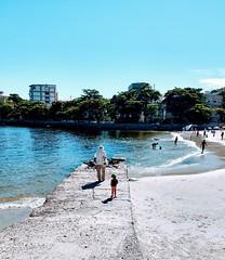 me espera! (lucia yunes) Tags: praiadaurca sol mar praia azul criança vida sea seascape sun blue beach luciayunes mobilephotography mobilephoto