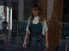 Gente en la peluquería (dorieo21) Tags: streetphotography gente gens people nikon d7200 girl woman femme fille mujer chica donna ragazza reflection reflejo reflet fifle abglanz riflesso