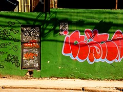 vai abrir? (lucia yunes) Tags: portadosfundos porta portaderua door grafitti grafite mural arteurbana artepopular artederua streetshot streetart streetphotography mobilephotography luciayunes