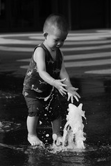 never too late (gicol) Tags: kid bimbo niño playing gioca jugando water acqua agua china beijing cina peking pechino wf center fontana happy felice feliz