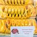 German Style Currywurst Snack: Ausgefallene Backwaren beim Bäcker, mit eingebackenem Würstchen
