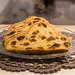 Adventsgebäck: Butter-Mandel Stollen auf Glasteller serviert