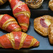 Buttercroissant mit bunter Glasur