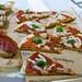 Pizzastücke und Antipasti zum Probieren