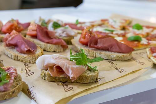 Brot mit Schicnken und Salat - italienische Antipasti