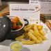 Belgische Pommes neben einer kleinen Auflaufform und Majonaise