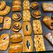 Blick von oben auf verschiedene Backwaren mit Mohn, Pudding, Rosinen und Puderzucker