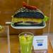 Avocado Burger mit schwarzem Brot