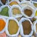 Bunte Gewürze, Bohnen und Samen in großen Plastiksäcken