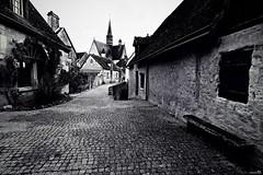 Dans ma rue .............................. (Un jour en France) Tags: canoneos6dmarkii canonef1635mmf28liiusm noiretblanc noiretblancfrance monochrome black pavé église banc bancpublic