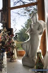 Niederösterreich Weinviertel Enzersfeld_DSC1287 (reinhard_srb) Tags: niederösterreich weinviertel enzersfeld engel gebet reliogion andacht fenster blumenschmuck figur kitsch glaube lourdes kapelle wald