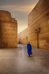 La chica rubia vestida de azul. (Ramirez de Gea) Tags: marrakech morocco marruecos sunset