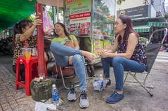 (kuuan) Tags: voigtländerheliarf4515mm manualfocus mf voigtländer15mm aspherical f4515mm superwideheliar apsc sonynex5n saigon hcmc vietnam street friends breakfast banhmi fun