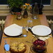 Blumenkohltarte mit Rote Bete Salat (Tischbild)