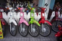 (kuuan) Tags: voigtländerheliarf4515mm manualfocus mf voigtländer15mm aspherical f4515mm superwideheliar apsc sonynex5n saigon hcmc vietnam honda cub hondacub motorbike motorcycle