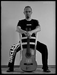Selbstporträt (self-portrait) (skruemel86) Tags: mann gitarre stuhl retrato 肖像 肖像画 potret ritratto портрет portrét portret portre porträt portrait bw panasonic lumix fz82 man male person bart guitar selfportrait selbstportrait