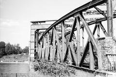 Hubbrücke Magdeburg (fravo) Tags: bw 35mm analog monochrom blackandwhite blackwhite brücke bridge eisenbahn hubbrücke magdeburg elbe