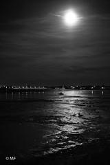 Presque dans la lumière (MF[FR]) Tags: ile de ré rivedoux plage boat bâteau mer océan sea atlantique noir et blanc black white samsung nx1 lune moon sky ciel