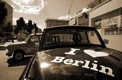 Wagen (Atreides59) Tags: sepia monochrome voiture voitures wagen car cars ciel sky nuages clouds urban urbain germany berlin deutschland allemagne pentax k30 k 30 street pentaxart atreides atreides59 cedriclafrance