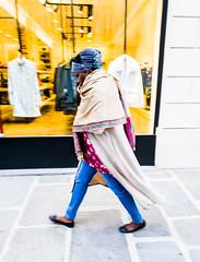 2019-10-02 - Mercredi - 275/365 - Né quelque part - (Maxime Le Forestier) (Robert - Photo du jour) Tags: 2019 octobre france trottoir femme noire néquelquepart maximeleforestier couleur paris matin marche froid