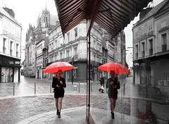 Parapluie rouge et rouge parapluie ! (Tonton Gilles) Tags: dame au parapluie rouge reflets noir et blanc partiel église basilique notredame dalençon grande rue magasin paysage urbain mise en scène personnages passant