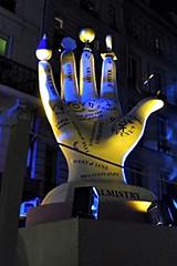 11 - Paris - Nuit Blanche et entours - Parade, Shana Moulton - Feed the soul (melina1965) Tags: octobre october 2019 îledefrance paris panasonic lumix dmctz57 nuitblanche 4earrondissement 75004 lumière light nuit night sculpture sculptures mains main hand hands