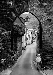 Das Steeger Tor (abbilder) Tags: rhein bacharach mittelrheintal man men tower mann turm stadtmauer mensch steeg strase stadtturm abbilder wwwabbildercom lr6 35mm fuji fujifilm xf35 xe2 blackandwhite blackwhite schwarzweiss bw sw nfc twop nfg rheinlandpfalz mittelrhein viertäler street town village streetphotography stadt städtchen tor gate wall mauer dog oldman hund altermann spazieren flanieren unesco weltkulturerbe lampe lamb