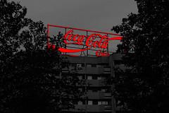 Coca Cola (Pascal Volk) Tags: berlin mitte leipzigerstrase berlinmitte selectivecolor colorkey red rot rojo herbst fall autumn otoño leuchtreklame cocacola coke luminousadvertising illuminatedadvertising anuncioluminoso publicidadluminosa canoneosr canonrf24105mmf4lisusm 105mm dxophotolab