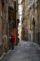 Le paste domenicali (encantadissima) Tags: tropea vibovalencia calabria streetphotography anziano vicolo pastedomenicali racconto