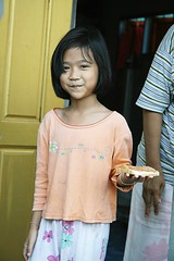 girl carrying her breakfast (the foreign photographer - ฝรั่งถ่) Tags: girl child bread piece breakfast khlong thanon portraits bangkhen bangkok thailand canon