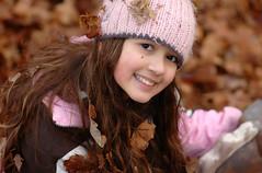 Vanessa (groovysam) Tags: otoño otono fall autumn hojas hojassecas hojassecas🍁 hojassecasdeotoño hojassecas🍂🍁 hojaseca leaves leaves🍁 niñas niña girl girls kid kids kiddy nikon nikond70 d70 nikon105 nikon105macro nikon105mm 105mm nikonistas nikonista nikonistasmexico retrato