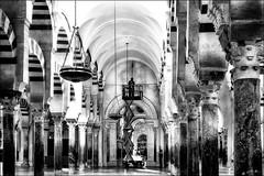 Lorsqu'une ampoule électrique est défectueuse à la Mezquita-Cathédrale  /  When a bulb does not work anymore in Mezquita-Cathedral (vedebe) Tags: noiretblanc netb nb bw monochrome mosquée cathedrale mezquitacathedrale cordoue cordoba espagne andalousie monument religion architecture ville city rue street urbain urban humain human people travail work