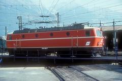 1044 085  Innsbruck  15.09.86 (w. + h. brutzer) Tags: innsbruck eisenbahn eisenbahnen train trains österreich austria elok eloks railway lokomotive locomotive zug öbb 1044 webru analog nikon