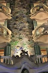 (Uno100) Tags: casa battlo barcelona gaudi night dark light blue purple city building art house 2019 passeign de grace