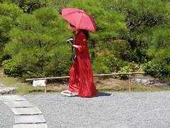 Woman in red (magellano) Tags: kyoto giappone japan donna ragazza woman girl candid camera phopographer fotografa vestito rosso ombrello dress red umbrella giardino garden