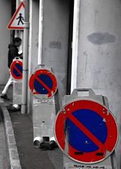 Par mots et par panneaux ! (Tonton Gilles) Tags: alençon normandie scène de rue noir et blanc partiel panneaux signalisation interdiction stationner bleu rouge barré triangle cercle attention école personnage